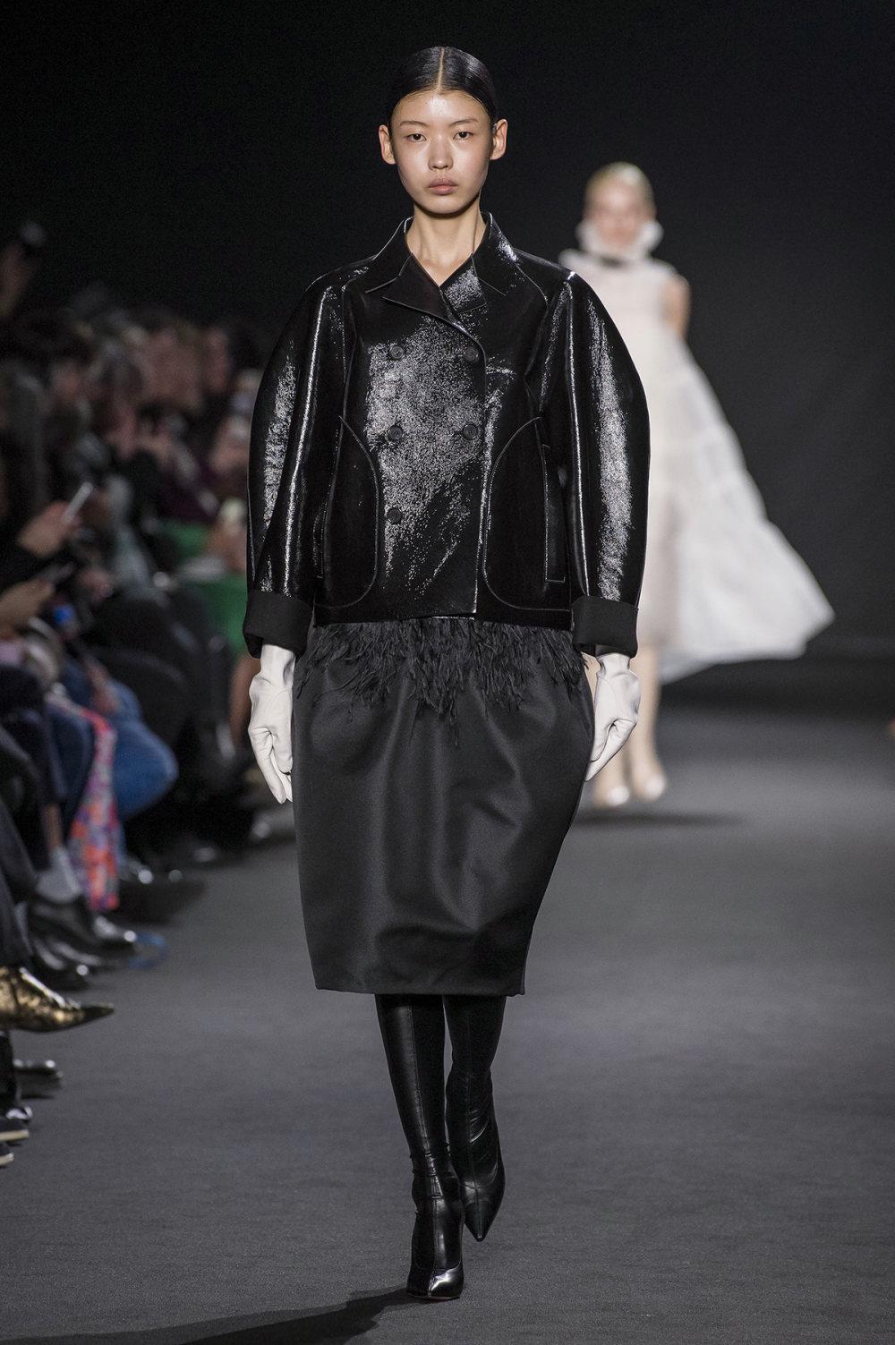 Rochas时装系列黑色无领斜纹软呢褶皱的黑色裙身饰有超细短袖衬衫-13.jpg