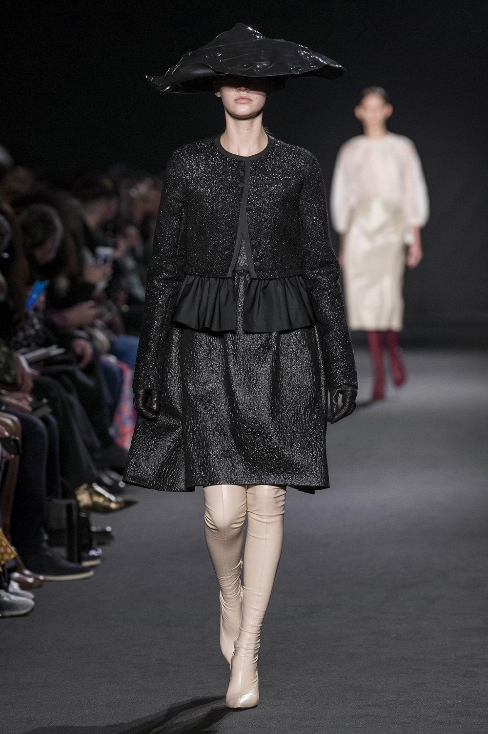 Rochas时装系列黑色无领斜纹软呢褶皱的黑色裙身饰有超细短袖衬衫-17.jpg