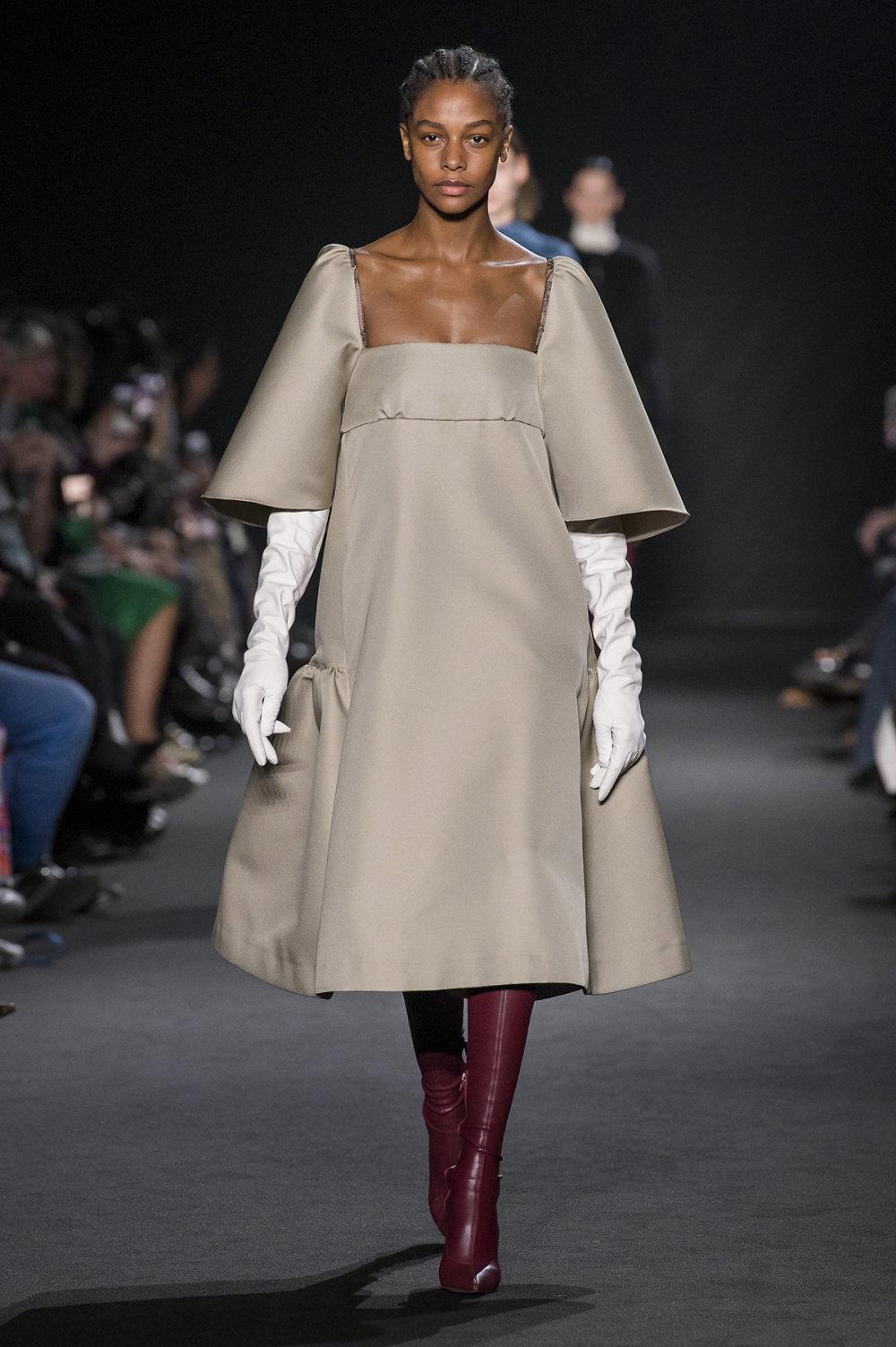 Rochas时装系列黑色无领斜纹软呢褶皱的黑色裙身饰有超细短袖衬衫-18.jpg