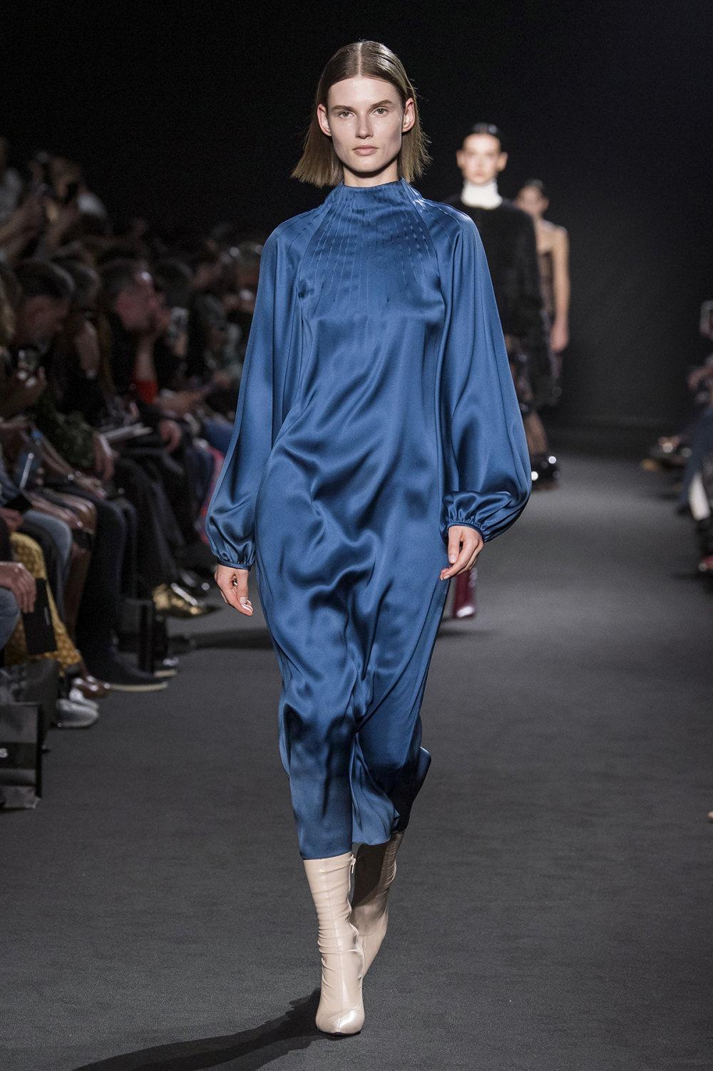 Rochas时装系列黑色无领斜纹软呢褶皱的黑色裙身饰有超细短袖衬衫-19.jpg