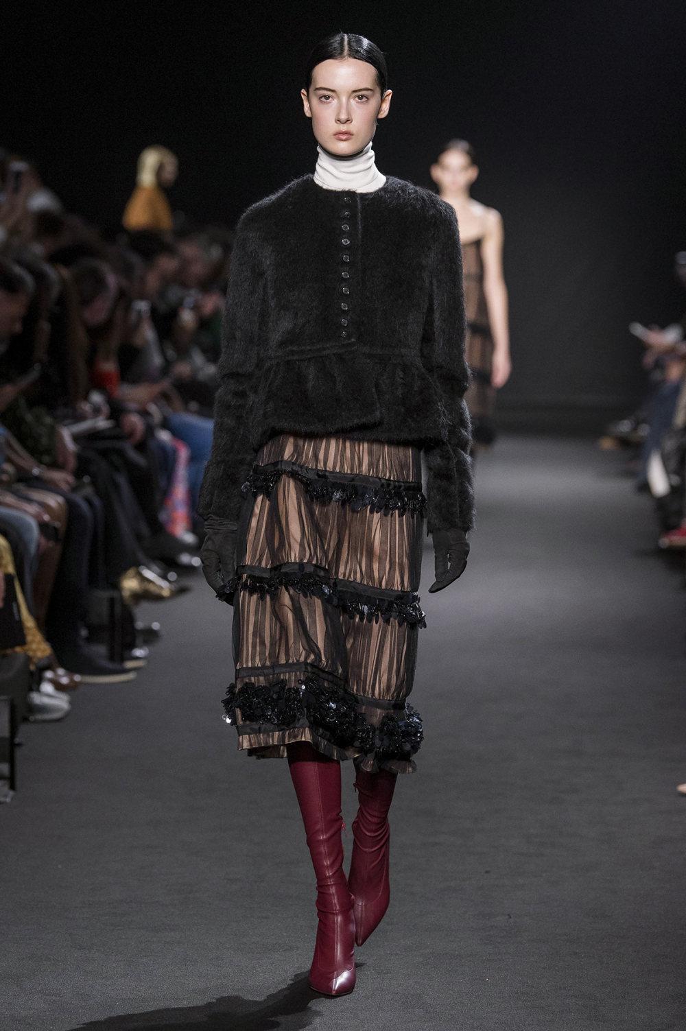 Rochas时装系列黑色无领斜纹软呢褶皱的黑色裙身饰有超细短袖衬衫-20.jpg