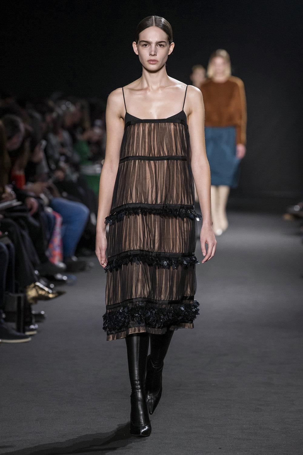 Rochas时装系列黑色无领斜纹软呢褶皱的黑色裙身饰有超细短袖衬衫-21.jpg