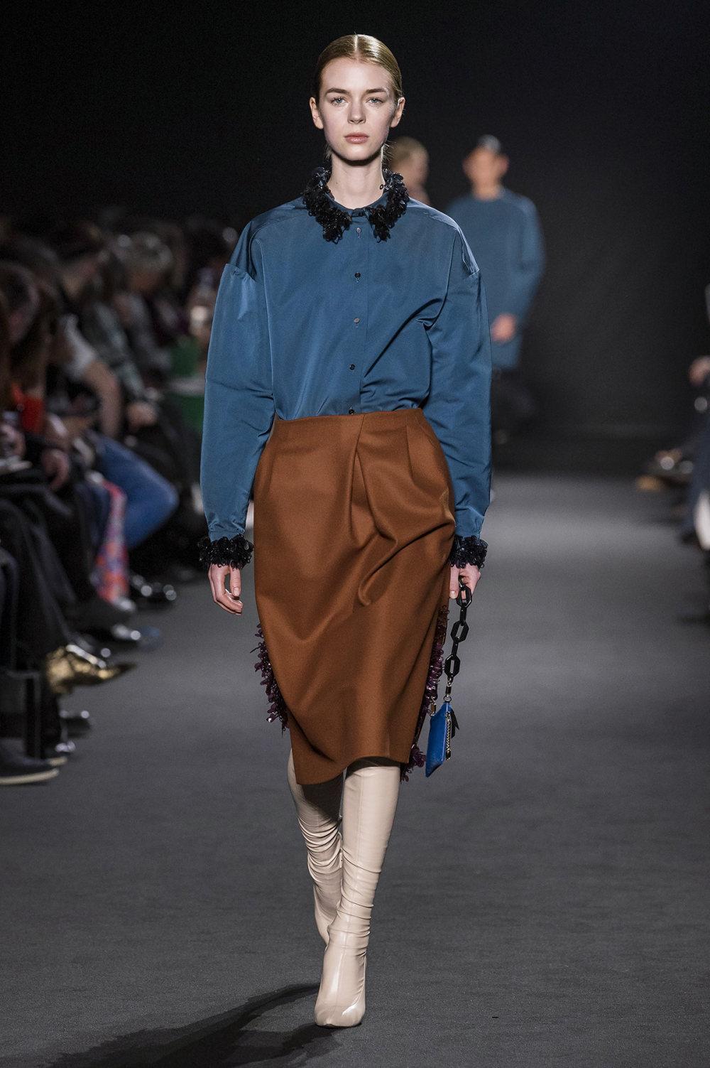 Rochas时装系列黑色无领斜纹软呢褶皱的黑色裙身饰有超细短袖衬衫-23.jpg