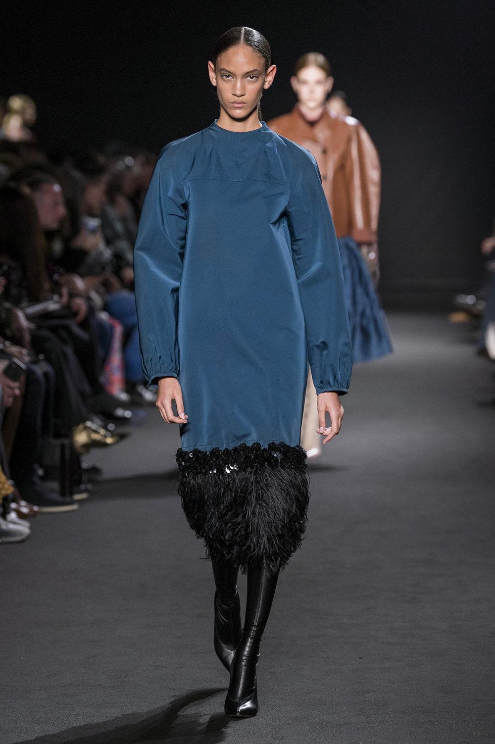 Rochas时装系列黑色无领斜纹软呢褶皱的黑色裙身饰有超细短袖衬衫-24.jpg