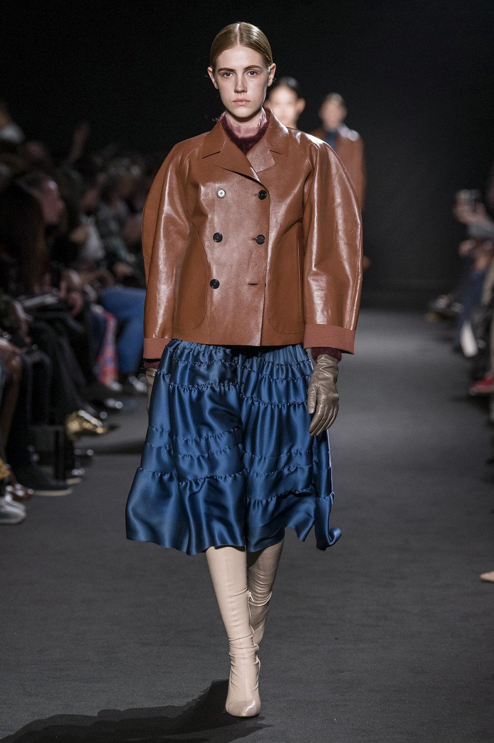 Rochas时装系列黑色无领斜纹软呢褶皱的黑色裙身饰有超细短袖衬衫-25.jpg