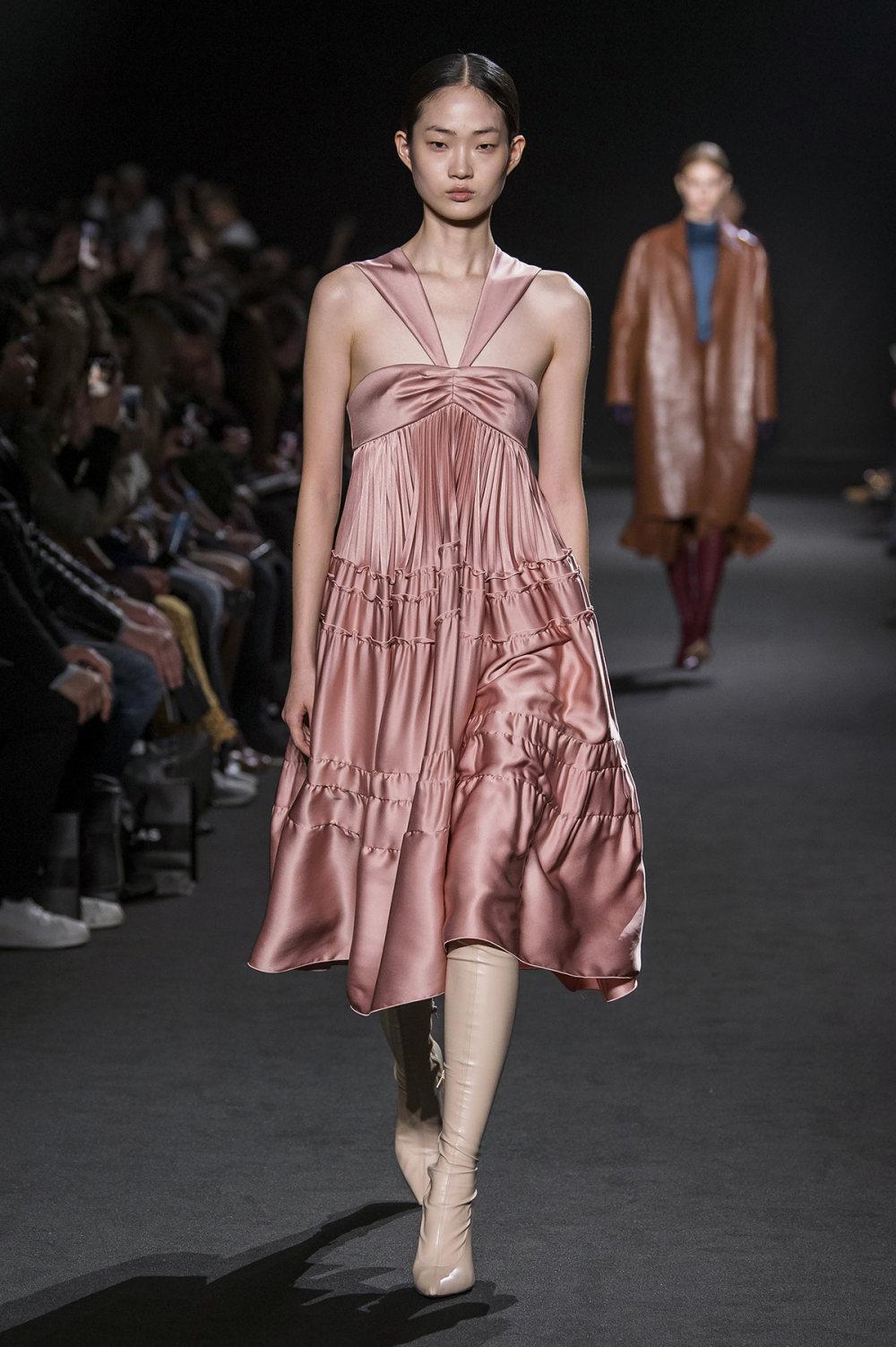 Rochas时装系列黑色无领斜纹软呢褶皱的黑色裙身饰有超细短袖衬衫-26.jpg