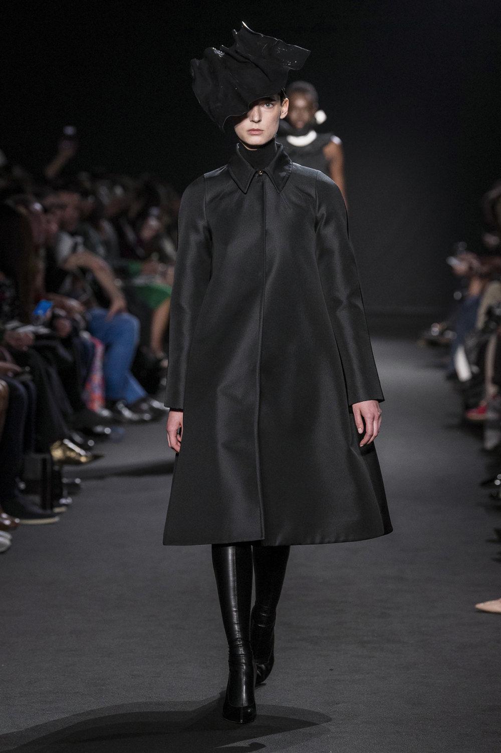 Rochas时装系列黑色无领斜纹软呢褶皱的黑色裙身饰有超细短袖衬衫-30.jpg