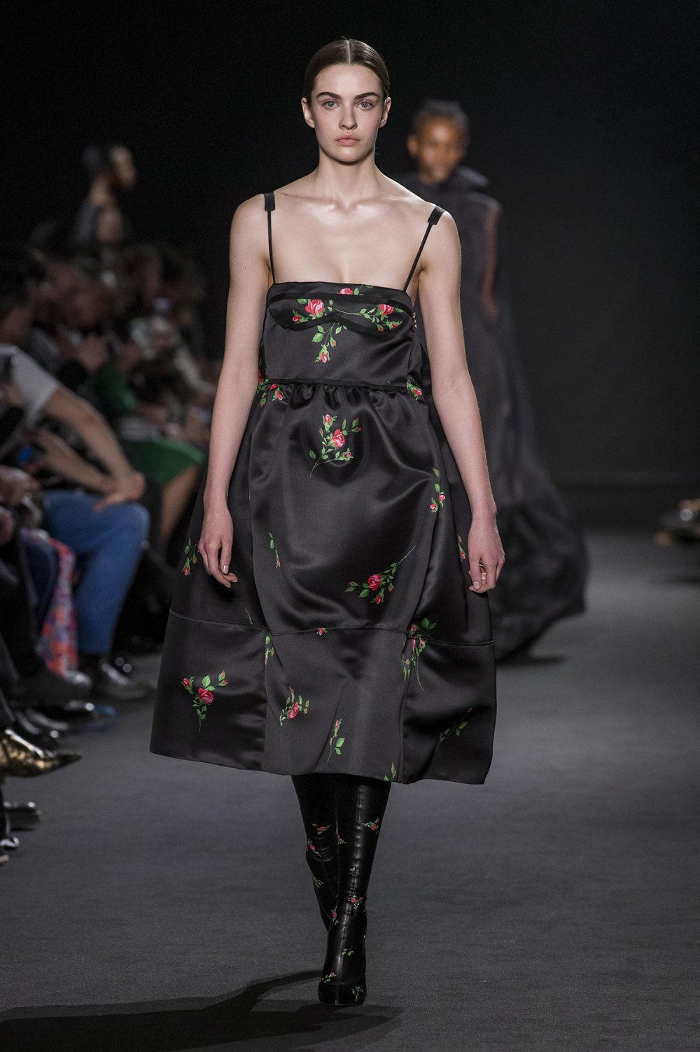 Rochas时装系列黑色无领斜纹软呢褶皱的黑色裙身饰有超细短袖衬衫-33.jpg