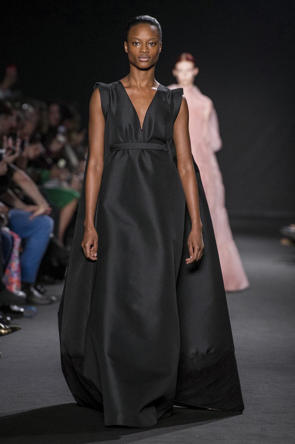 Rochas时装系列黑色无领斜纹软呢褶皱的黑色裙身饰有超细短袖衬衫-35.jpg
