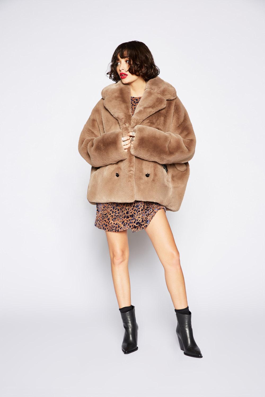 The Kooples时装系列强调外衣人造皮草外套和白色人造皮夹克-5.jpg