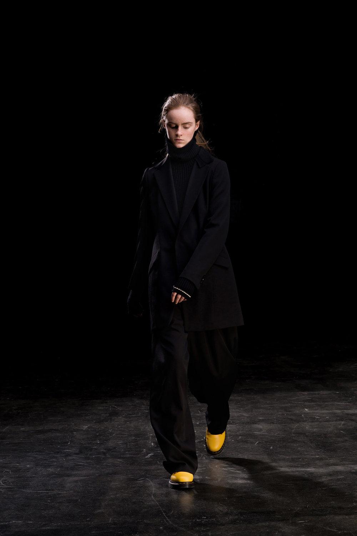 Y's时装系列黑色系列的一个关键主题是透明度标志性的华达呢外套-2.jpg