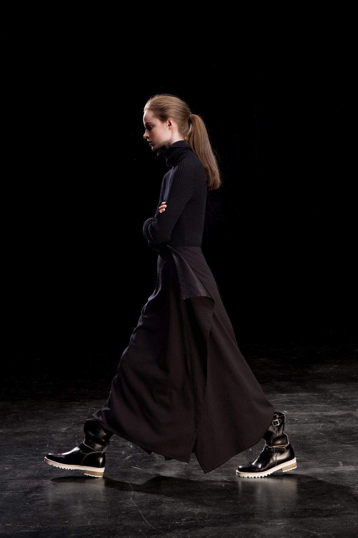Y's时装系列黑色系列的一个关键主题是透明度标志性的华达呢外套-1.jpg