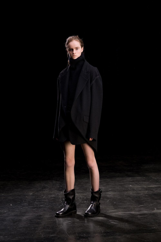 Y's时装系列黑色系列的一个关键主题是透明度标志性的华达呢外套-4.jpg
