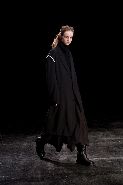 Y's时装系列黑色系列的一个关键主题是透明度标志性的华达呢外套-5.jpg