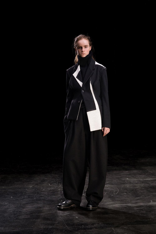 Y's时装系列黑色系列的一个关键主题是透明度标志性的华达呢外套-6.jpg
