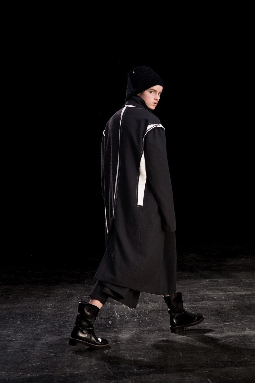 Y's时装系列黑色系列的一个关键主题是透明度标志性的华达呢外套-7.jpg