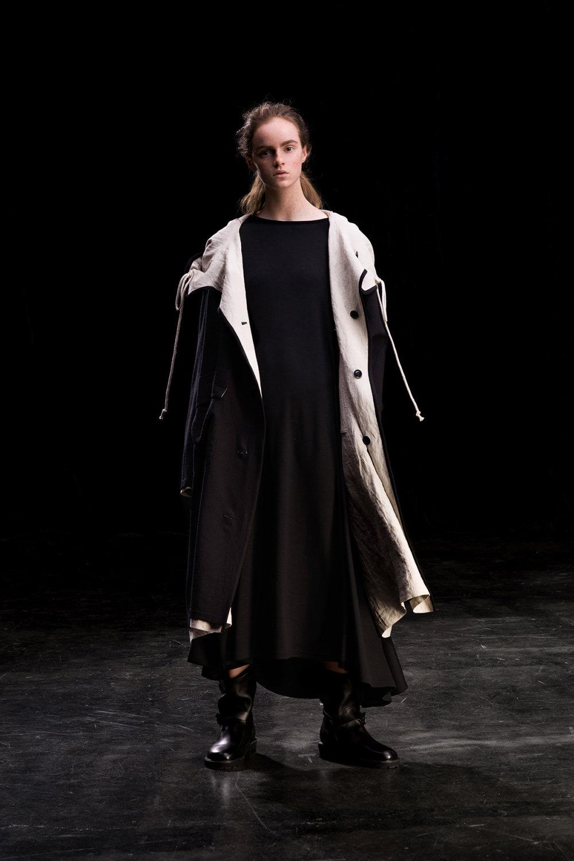Y's时装系列黑色系列的一个关键主题是透明度标志性的华达呢外套-8.jpg