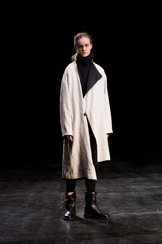Y's时装系列黑色系列的一个关键主题是透明度标志性的华达呢外套-9.jpg