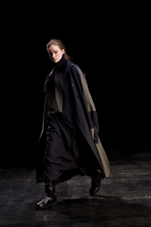 Y's时装系列黑色系列的一个关键主题是透明度标志性的华达呢外套-11.jpg