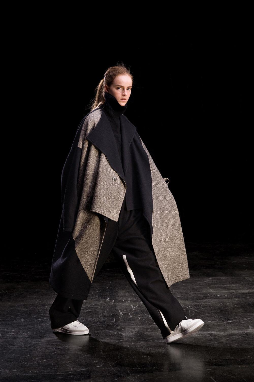 Y's时装系列黑色系列的一个关键主题是透明度标志性的华达呢外套-10.jpg