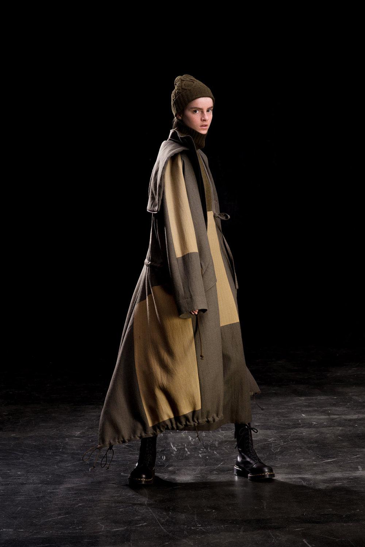 Y's时装系列黑色系列的一个关键主题是透明度标志性的华达呢外套-12.jpg