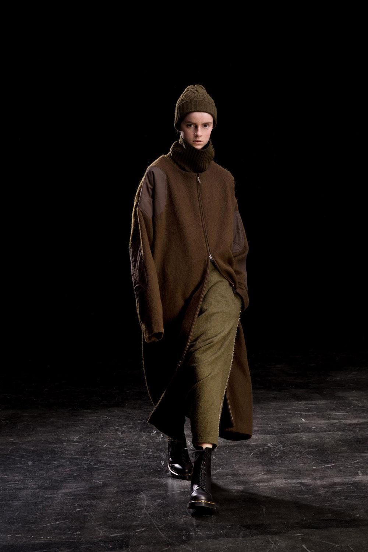 Y's时装系列黑色系列的一个关键主题是透明度标志性的华达呢外套-13.jpg