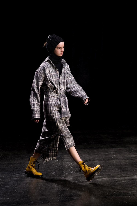 Y's时装系列黑色系列的一个关键主题是透明度标志性的华达呢外套-15.jpg