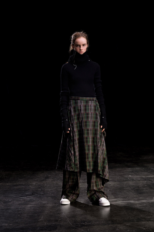 Y's时装系列黑色系列的一个关键主题是透明度标志性的华达呢外套-17.jpg