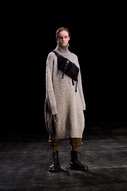 Y's时装系列黑色系列的一个关键主题是透明度标志性的华达呢外套-18.jpg
