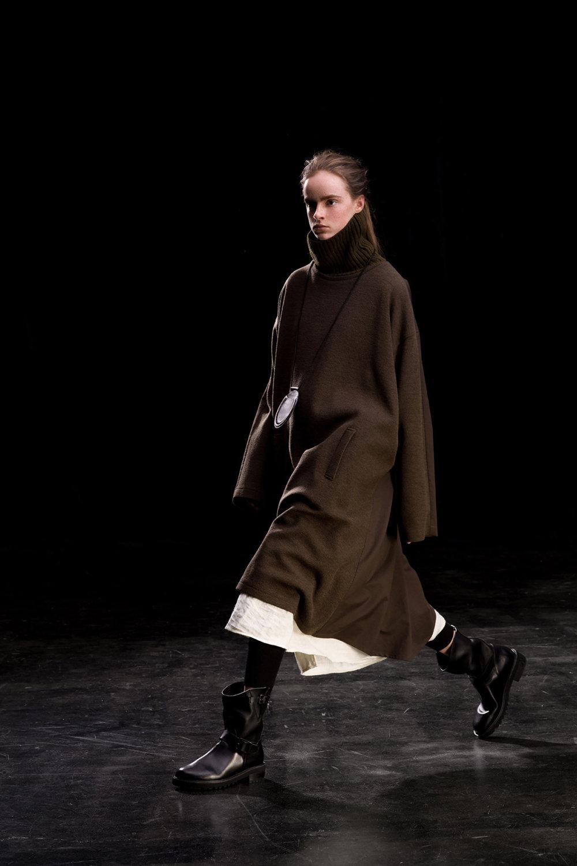 Y's时装系列黑色系列的一个关键主题是透明度标志性的华达呢外套-20.jpg