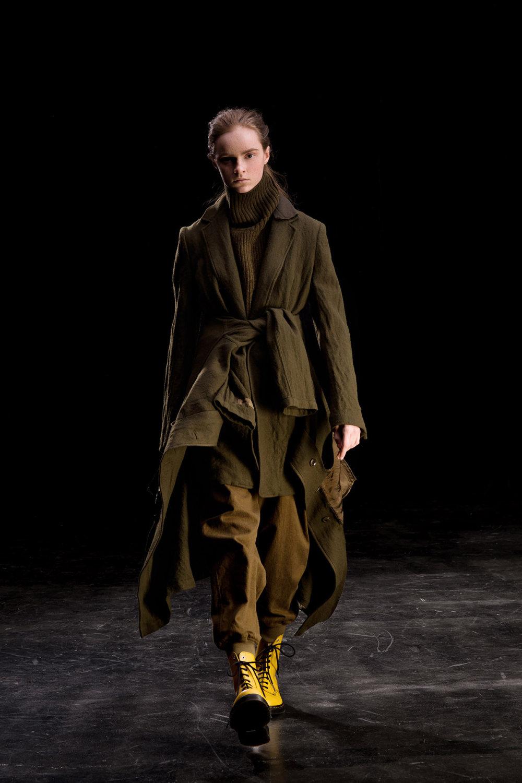 Y's时装系列黑色系列的一个关键主题是透明度标志性的华达呢外套-21.jpg