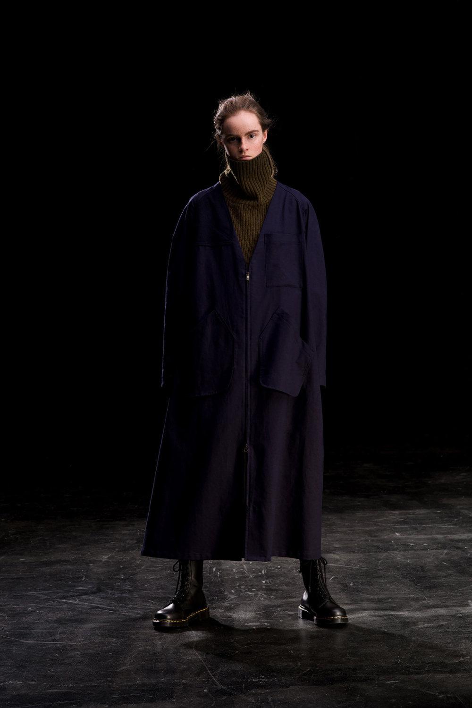 Y's时装系列黑色系列的一个关键主题是透明度标志性的华达呢外套-22.jpg