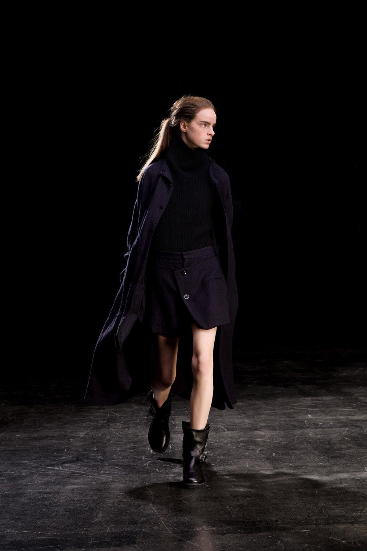 Y's时装系列黑色系列的一个关键主题是透明度标志性的华达呢外套-23.jpg