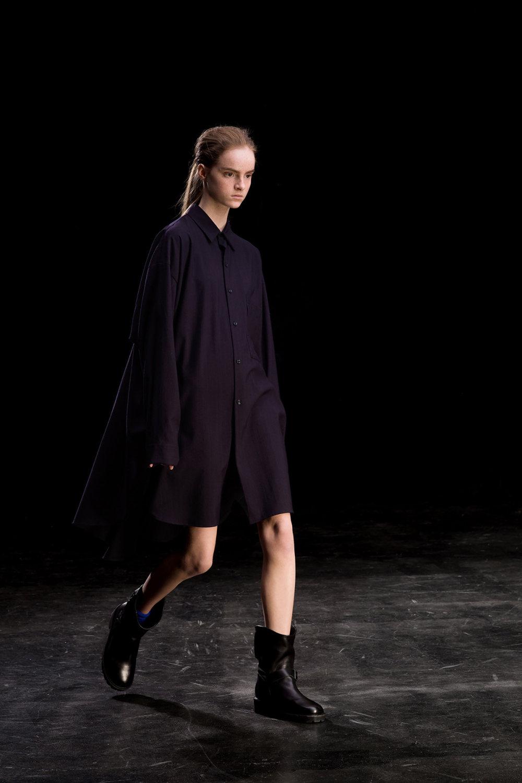 Y's时装系列黑色系列的一个关键主题是透明度标志性的华达呢外套-25.jpg