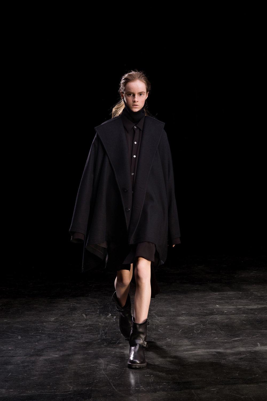 Y's时装系列黑色系列的一个关键主题是透明度标志性的华达呢外套-24.jpg