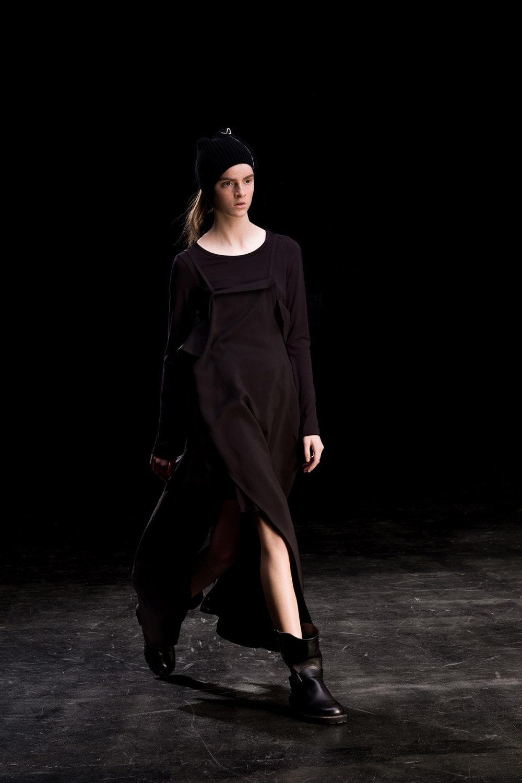 Y's时装系列黑色系列的一个关键主题是透明度标志性的华达呢外套-26.jpg