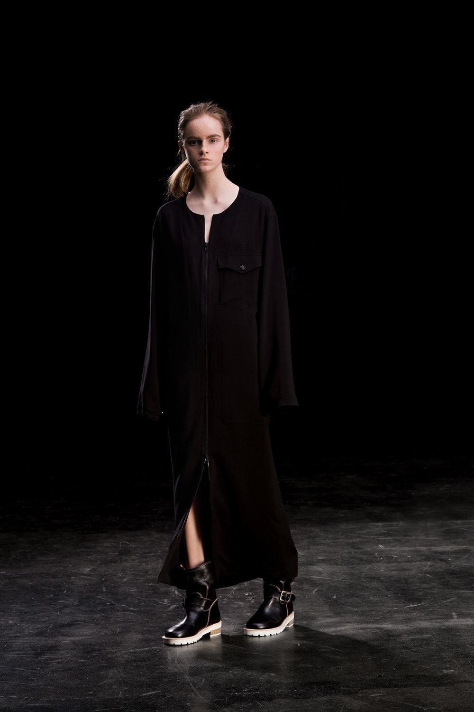 Y's时装系列黑色系列的一个关键主题是透明度标志性的华达呢外套-27.jpg