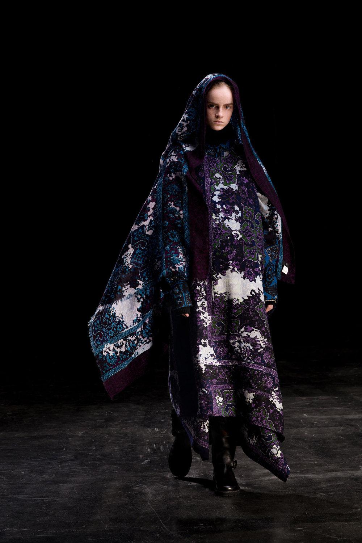 Y's时装系列黑色系列的一个关键主题是透明度标志性的华达呢外套-29.jpg