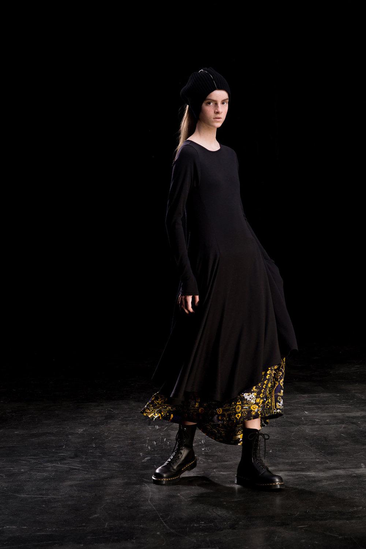 Y's时装系列黑色系列的一个关键主题是透明度标志性的华达呢外套-28.jpg