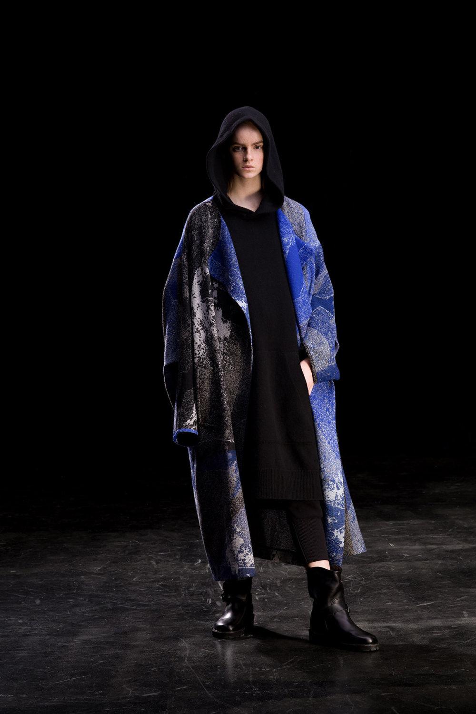 Y's时装系列黑色系列的一个关键主题是透明度标志性的华达呢外套-30.jpg