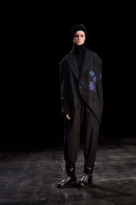 Y's时装系列黑色系列的一个关键主题是透明度标志性的华达呢外套-31.jpg