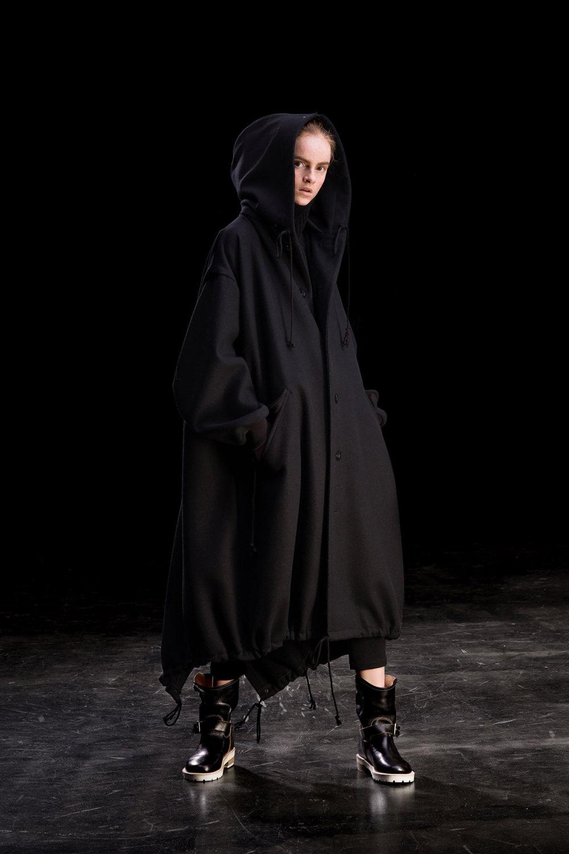 Y's时装系列黑色系列的一个关键主题是透明度标志性的华达呢外套-32.jpg