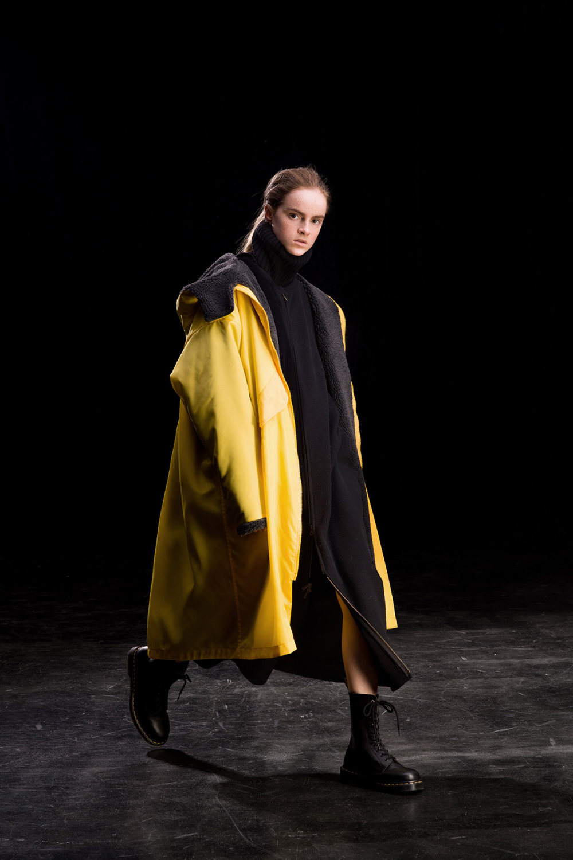 Y's时装系列黑色系列的一个关键主题是透明度标志性的华达呢外套-34.jpg