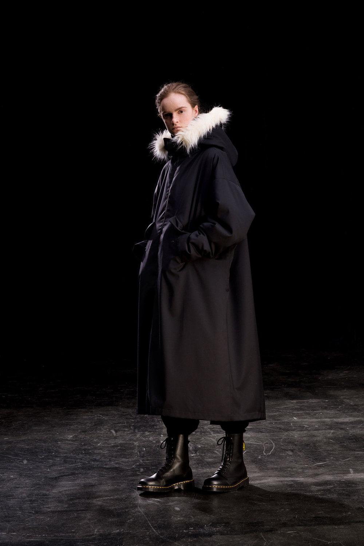 Y's时装系列黑色系列的一个关键主题是透明度标志性的华达呢外套-35.jpg