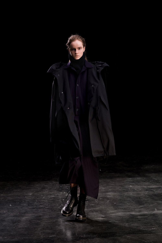 Y's时装系列黑色系列的一个关键主题是透明度标志性的华达呢外套-36.jpg