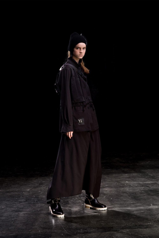 Y's时装系列黑色系列的一个关键主题是透明度标志性的华达呢外套-37.jpg