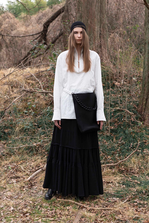 Y's时装系列黑色系列的一个关键主题是透明度标志性的华达呢外套-39.jpg