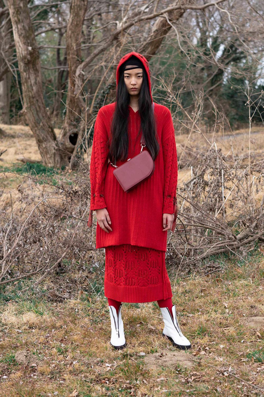 Y's时装系列黑色系列的一个关键主题是透明度标志性的华达呢外套-40.jpg