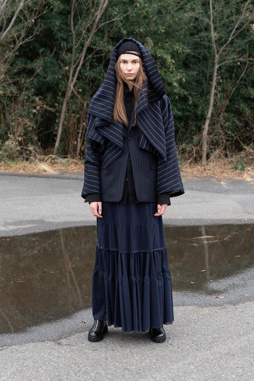 Y's时装系列黑色系列的一个关键主题是透明度标志性的华达呢外套-41.jpg