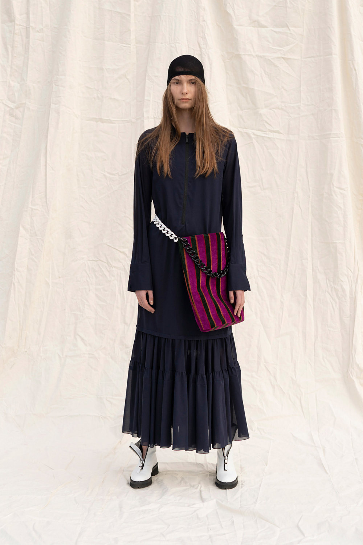 Y's时装系列黑色系列的一个关键主题是透明度标志性的华达呢外套-42.jpg